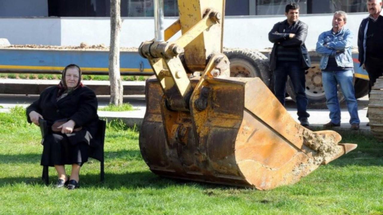 Kepçenin önüne oturmuştu: Kıymet Teyze Parkı yapılıyor