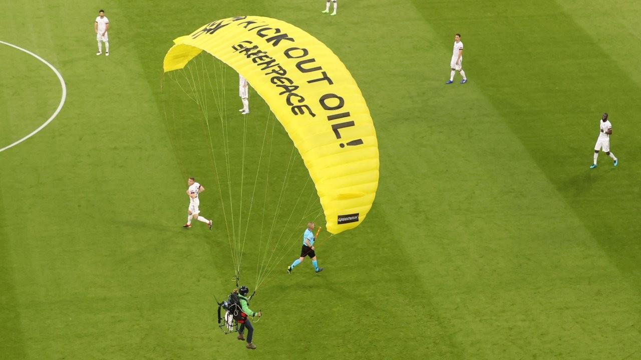 Fransa-Almanya maçında paraşütlü protesto