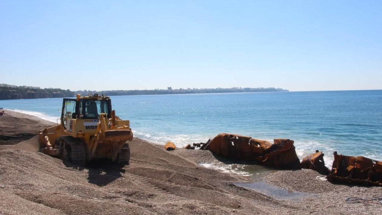 Kıyıya tehlike oluşturan 83 yıllık batık gemi karaya çıkarıldı