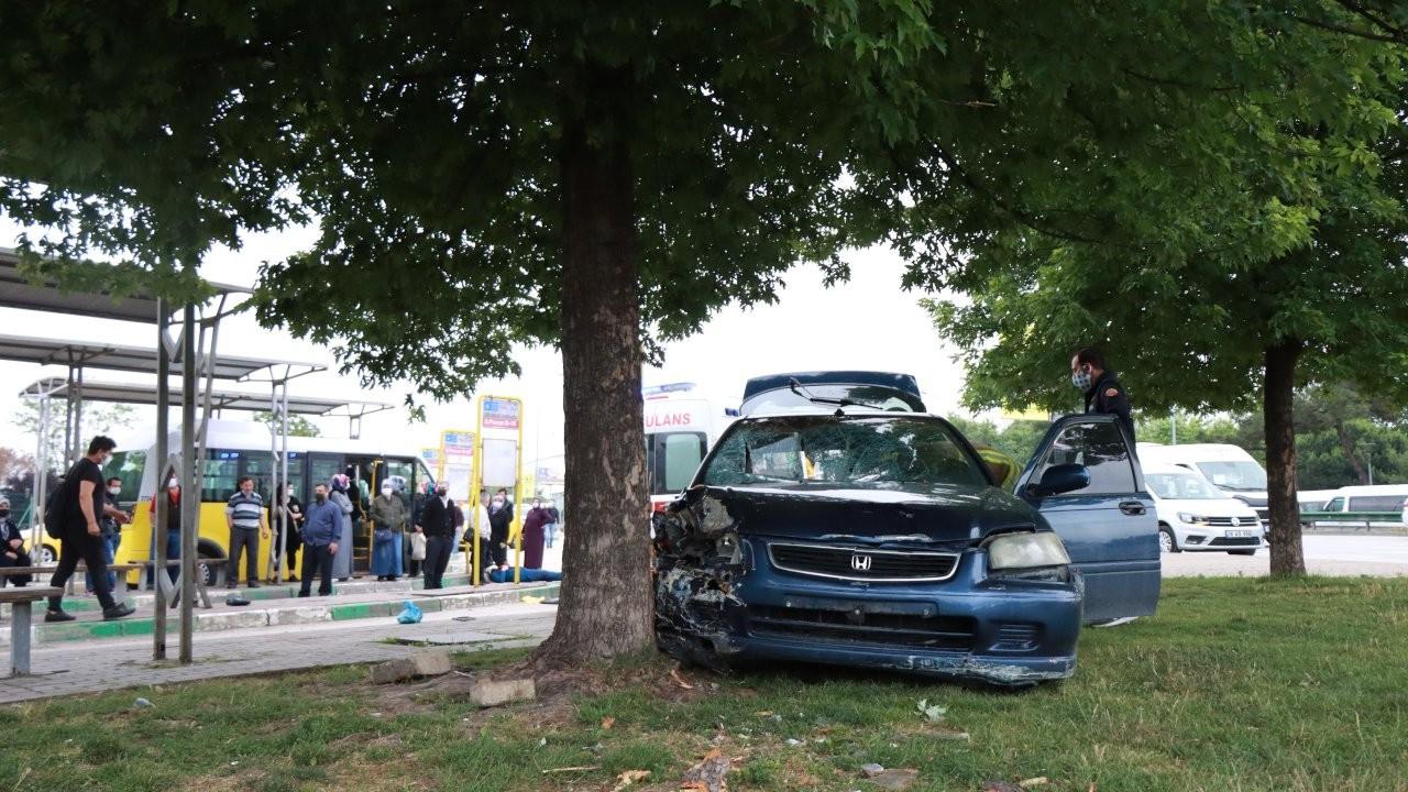 Otomobil, otobüs durağına girdi: Beş yaralı