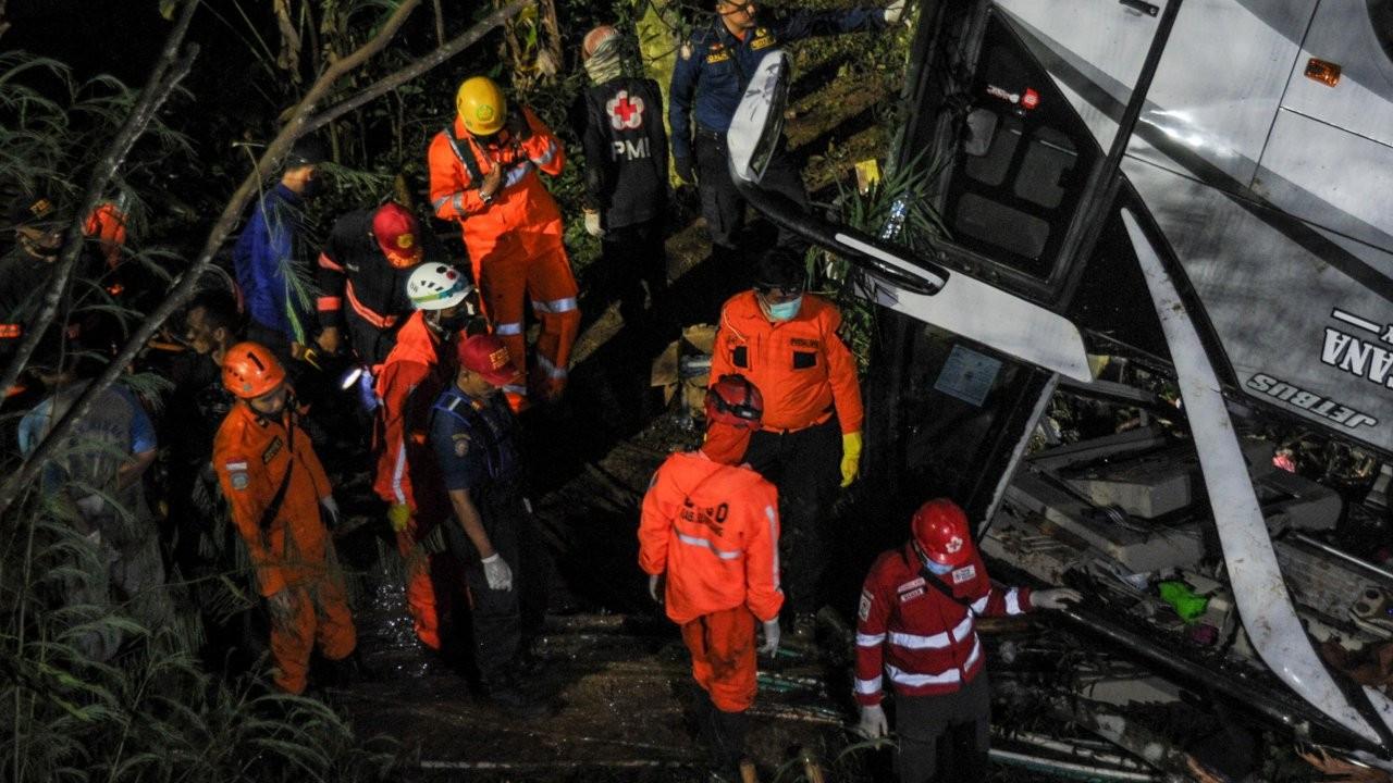 Peru'da maden işçilerini taşıyan otobüs uçuruma yuvarlandı: 27 ölü