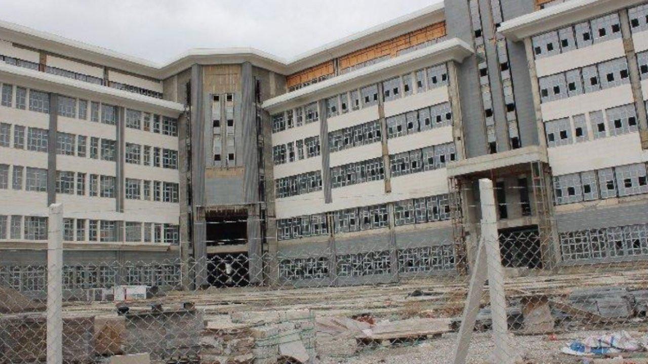 Milyonlarca lira harcanan belediye binası için yeni ihale