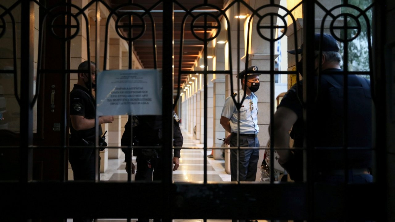 Atina'da kokainle yakalanan papaz yedi piskoposun yüzüne asit döktü