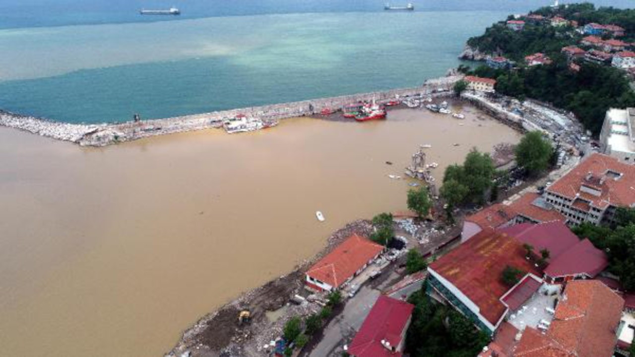 Zonguldak'ta denizin rengi çamur oldu