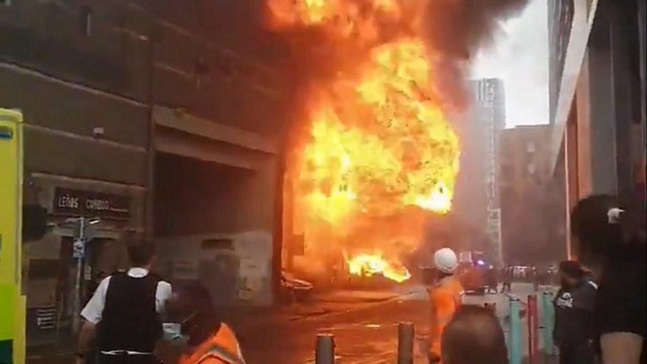 Londra'da tren istasyonu yangını: 'Dev bir ateş topu yükseliyor'