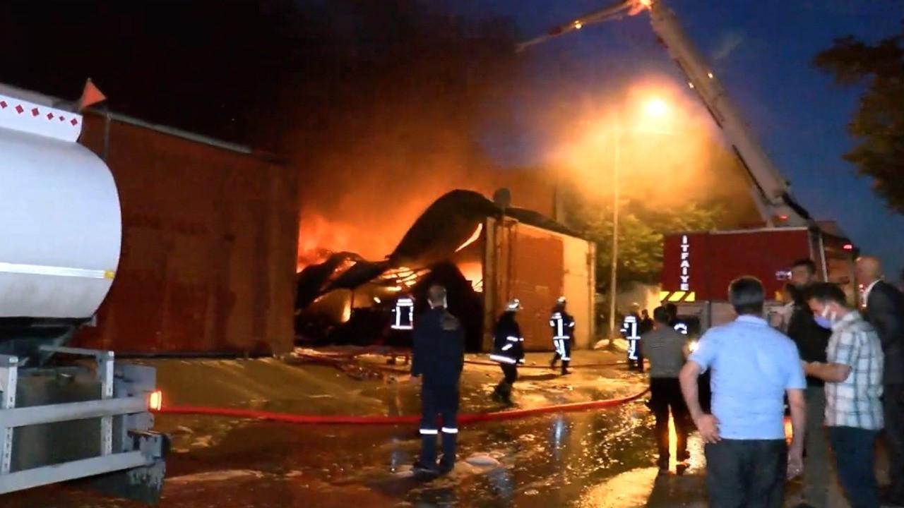 Geri dönüşüm tesisindeki yangın saatler sonra söndürülebildi