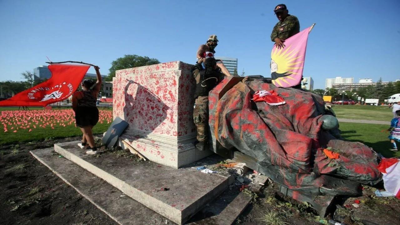 Kanada'da toplu mezar protestosu: Kraliçe heykelleri yıkıldı