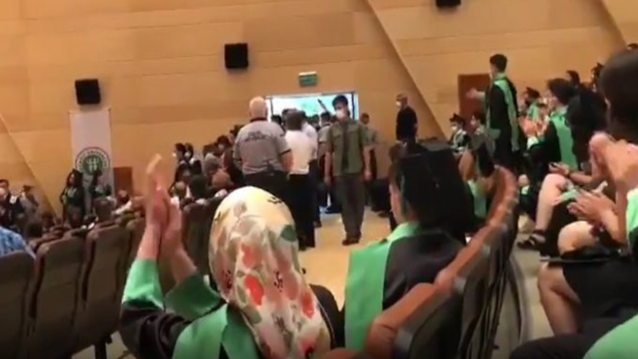 Mezuniyet töreninde Madımak'ı anan tıpçılar tartaklandı