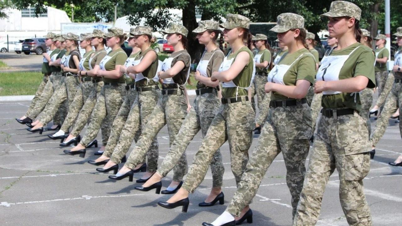 Ukrayna'da kadın askerler topukluyla yürütüldü: Aptalca bir fikir