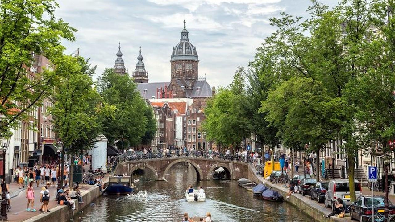 Hollanda çift doz aşı yaptıranlar için seyahat yasağını kaldırdı