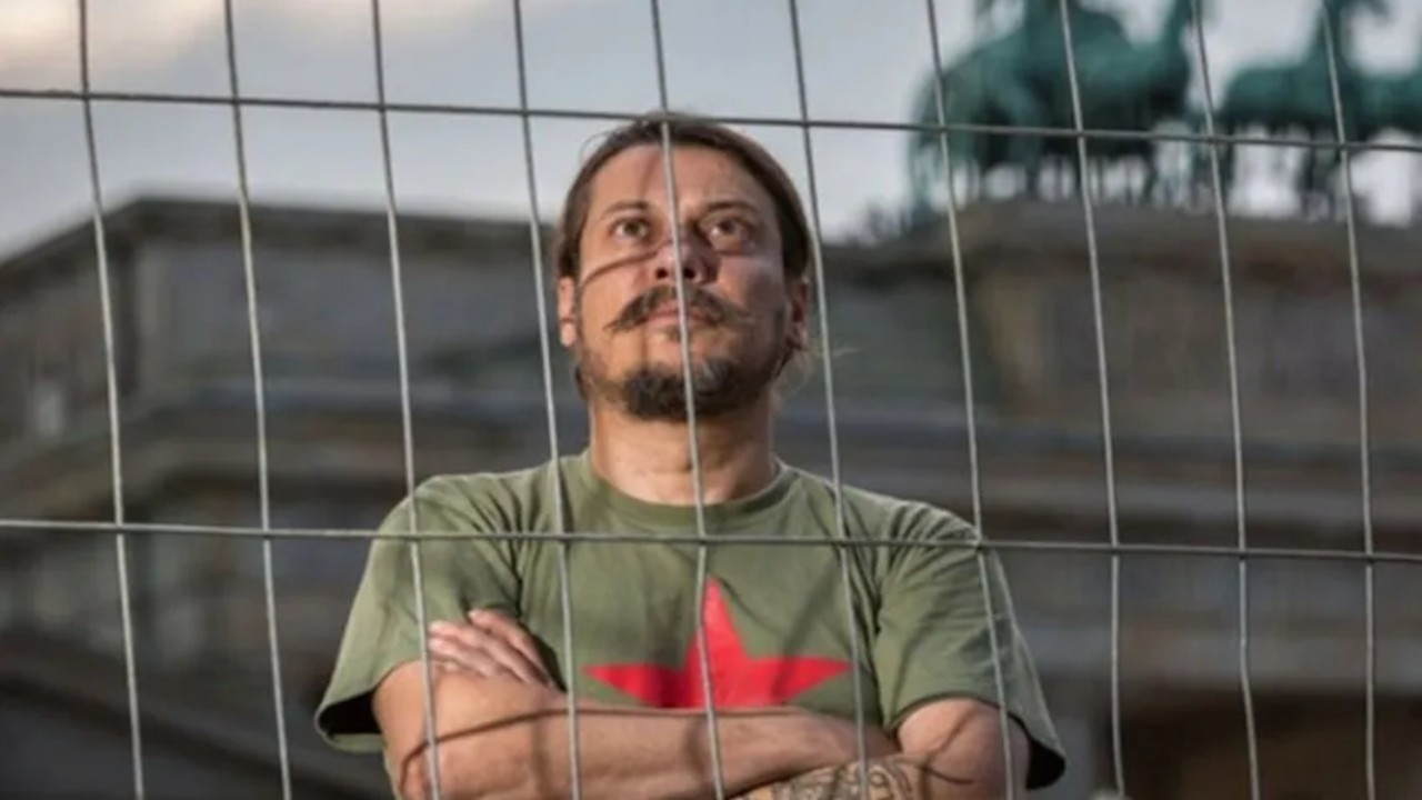 Gazeteci Erk Acarer: Evimin içinde bıçaklı ve yumruklu saldırıya uğradım