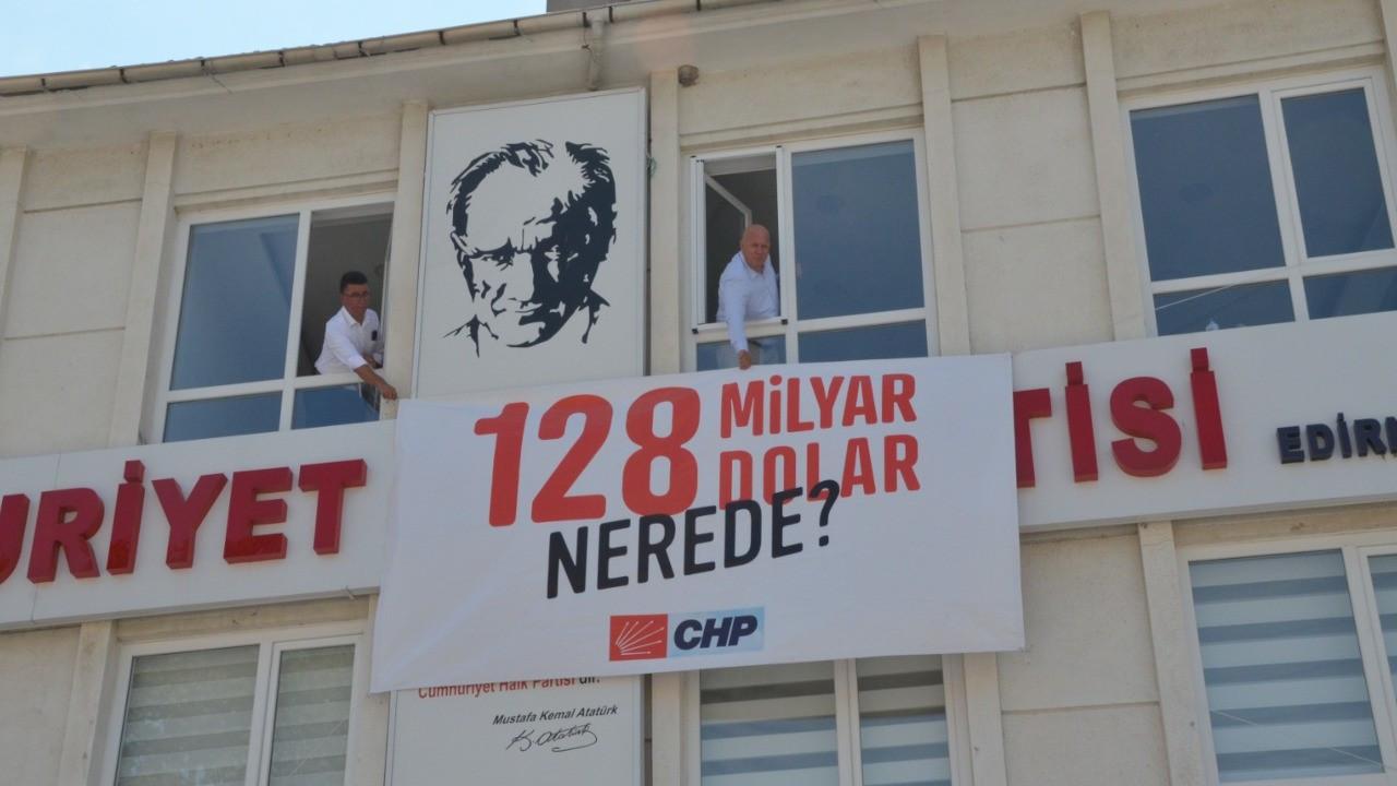'128 milyar dolar nerede?' pankartı aynı yerine asıldı