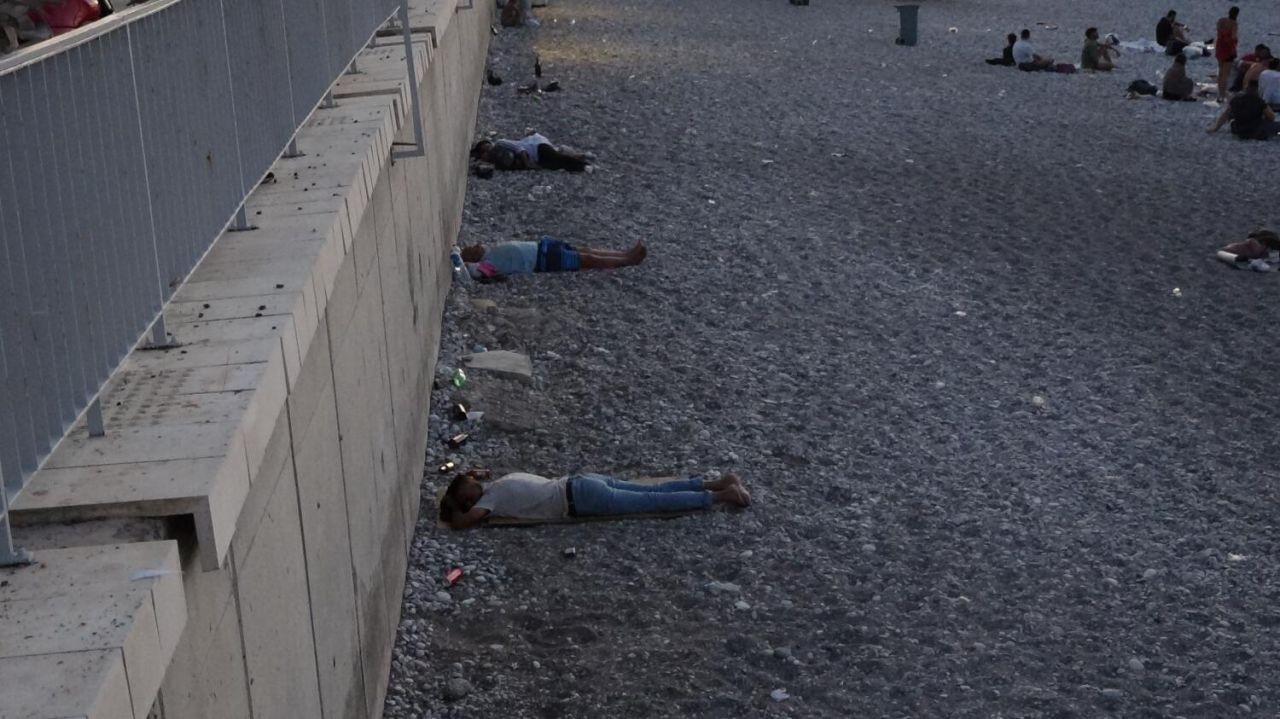 Sıcaktan bunalan Antalyalılar Konyaaltı sahilinde sabahladı - Sayfa 1