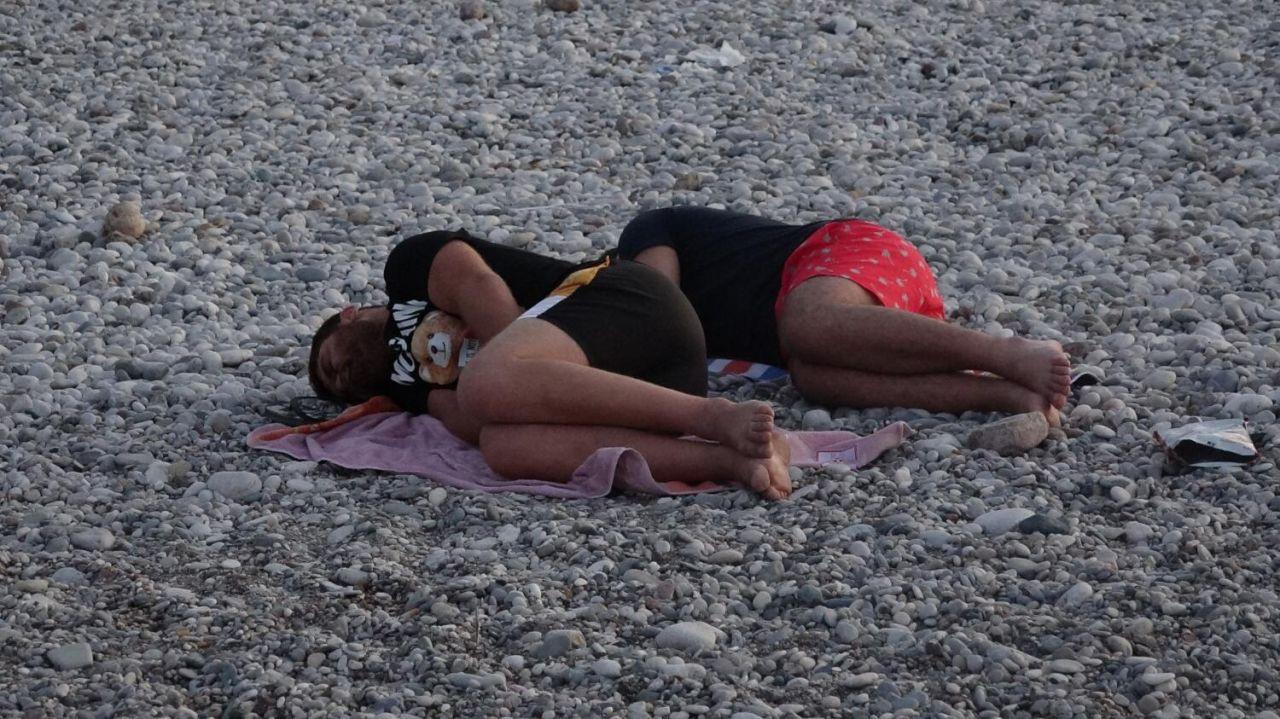 Sıcaktan bunalan Antalyalılar Konyaaltı sahilinde sabahladı - Sayfa 2