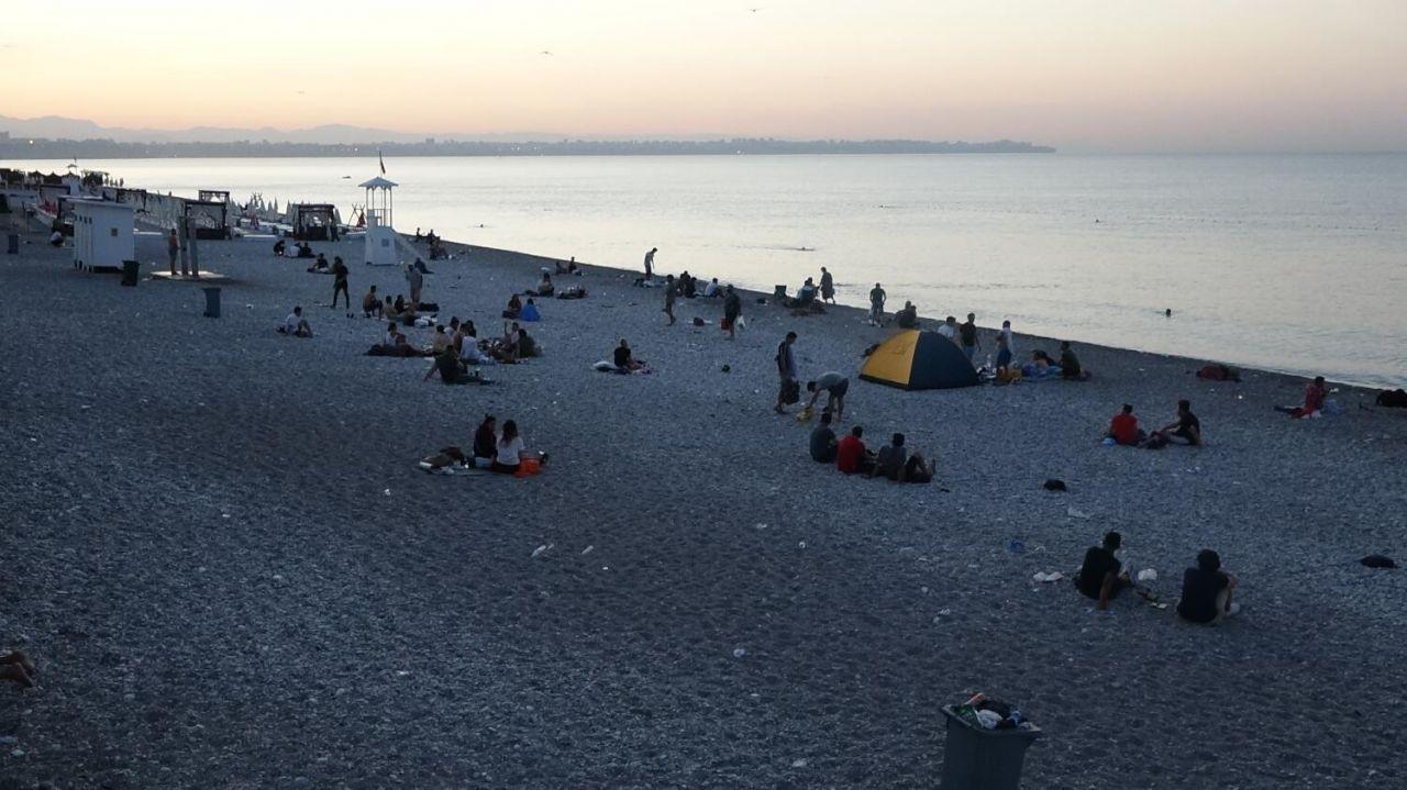 Sıcaktan bunalan Antalyalılar Konyaaltı sahilinde sabahladı - Sayfa 3