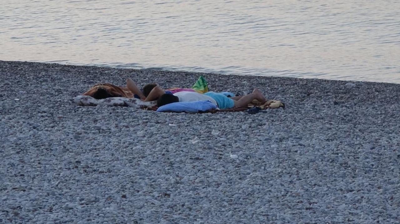Sıcaktan bunalan Antalyalılar Konyaaltı sahilinde sabahladı - Sayfa 4