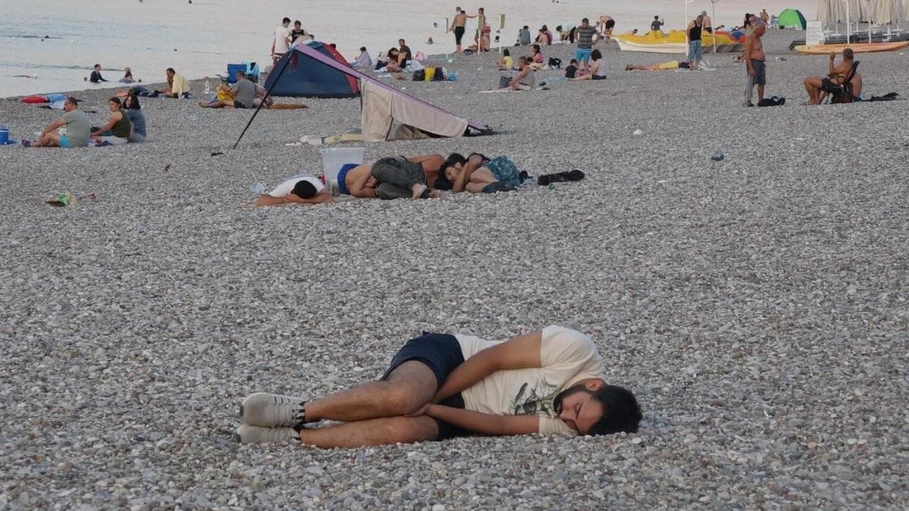 Sıcaktan bunalan Antalyalılar Konyaaltı sahilinde sabahladı
