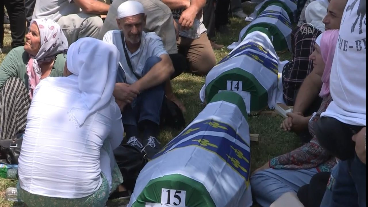 Srebrenitsa soykırımının 19 kurbanı daha anıt mezara defnedildi