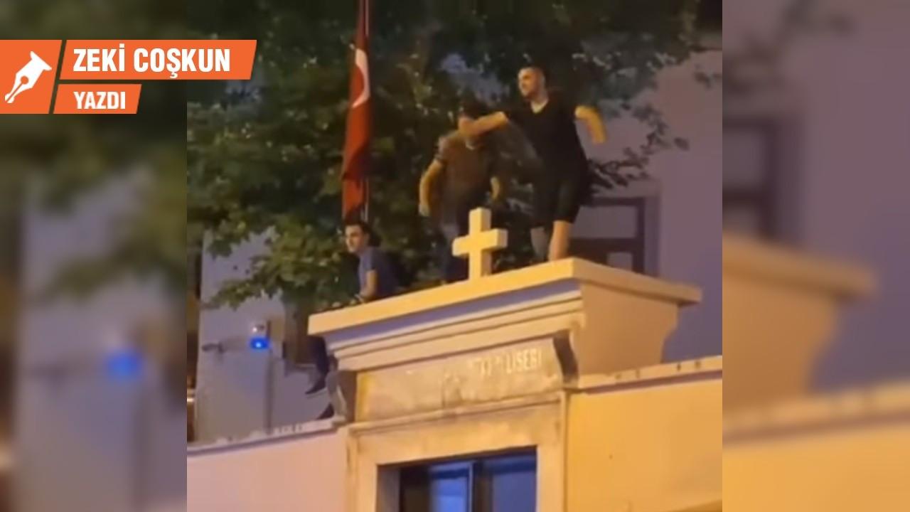 Kadıköy'de kilise duvarında kim, niye tepiniyor?
