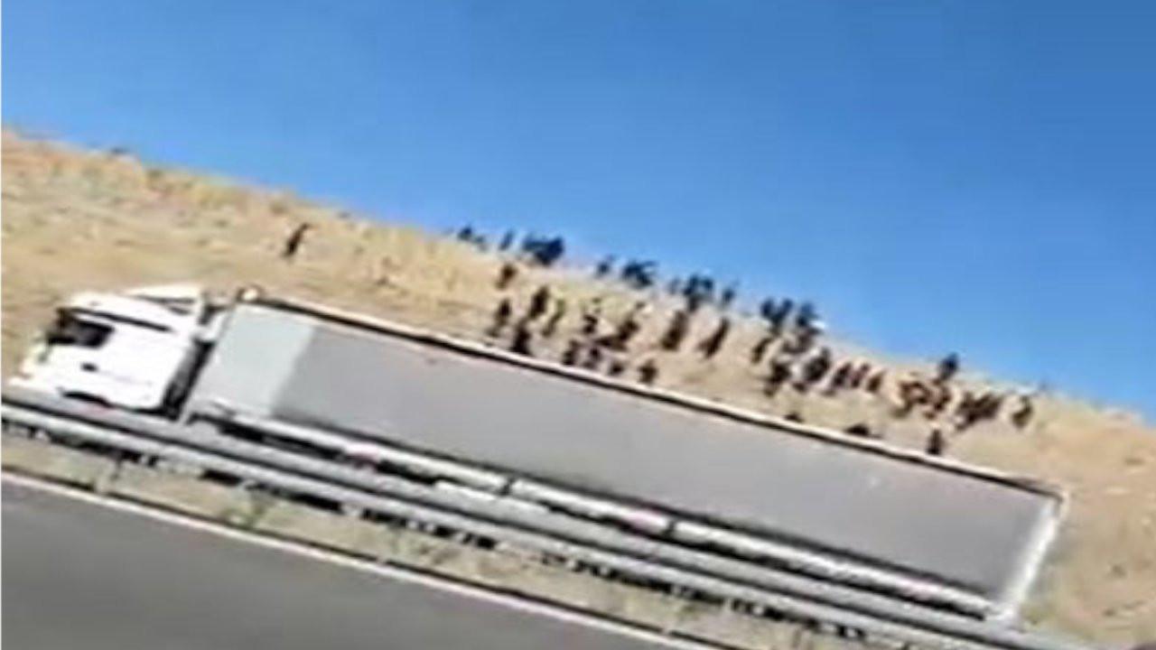 Niğde-Ankara yolunda mülteciler TIR'dan indi