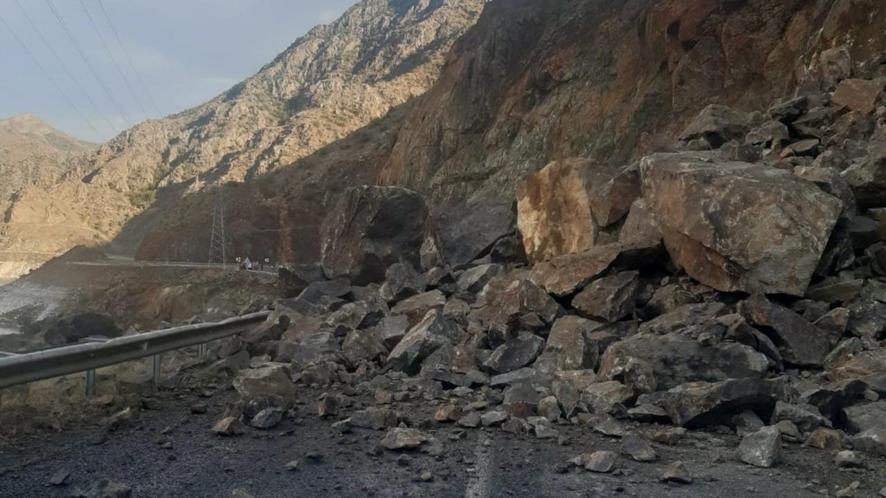 Olur-Yusufeli karayolu heyelan nedeniyle ulaşıma kapandı