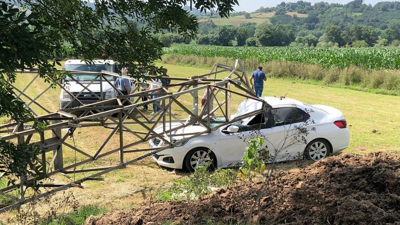 3 tonluk yüksek gerilim hattı direği otomobilin üstüne devrildi