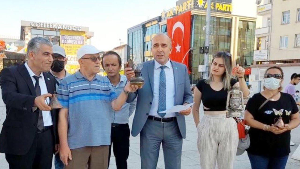 İYİ Parti'den zamlara gaz lambalı protesto: Lambaya püf de