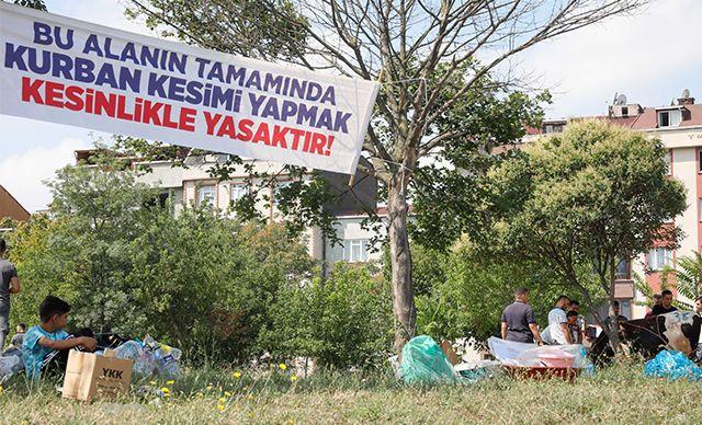 'Kurban kesmek kesinlikle yasaktır' afişinin altında kurban kestiler - Sayfa 1