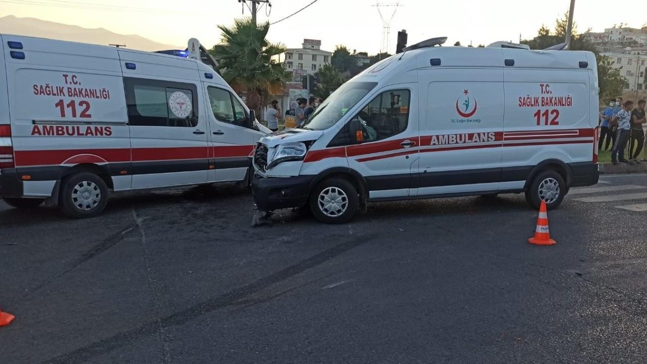 Ambulansla otomobil çarpıştı: 1 ölü