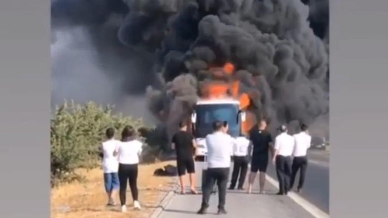 Seyir halindeyken motoru tutuşan yolcu otobüsü yandı