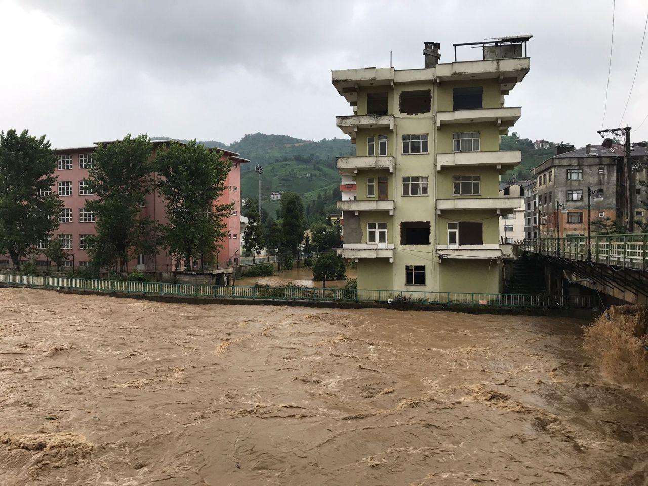 Karadeniz'de sağanak yağış sele dönüştü: Ev ve iş yerlerini su bastı - Sayfa 2