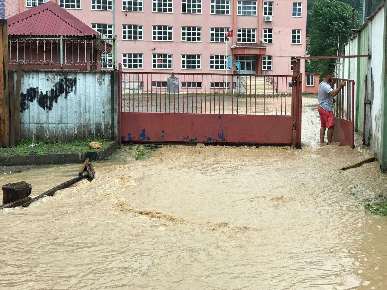 Karadeniz'de sağanak yağış sele dönüştü: Ev ve iş yerlerini su bastı - Sayfa 4