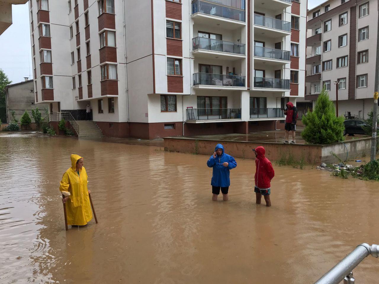 Karadeniz'de sağanak yağış sele dönüştü: Ev ve iş yerlerini su bastı - Sayfa 1