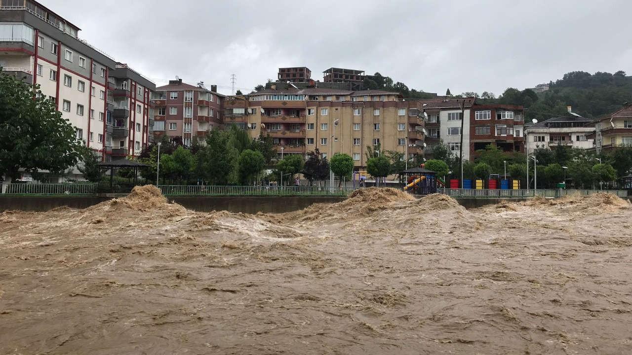 Karadeniz'de sağanak yağış sele dönüştü: Ev ve iş yerlerini su bastı