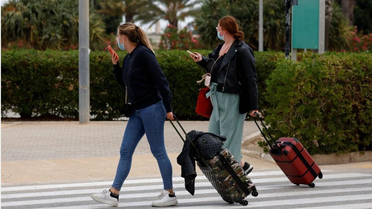 Hepsi Covid'e yakalanan 128 Fransız öğrenci Malta'dan özel uçakla dönecek