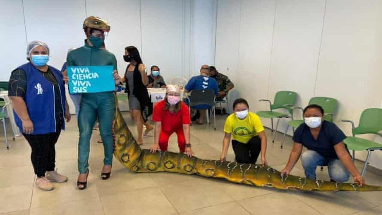 Bolsonaro'ya sürüngen kostümlü protesto viral oldu