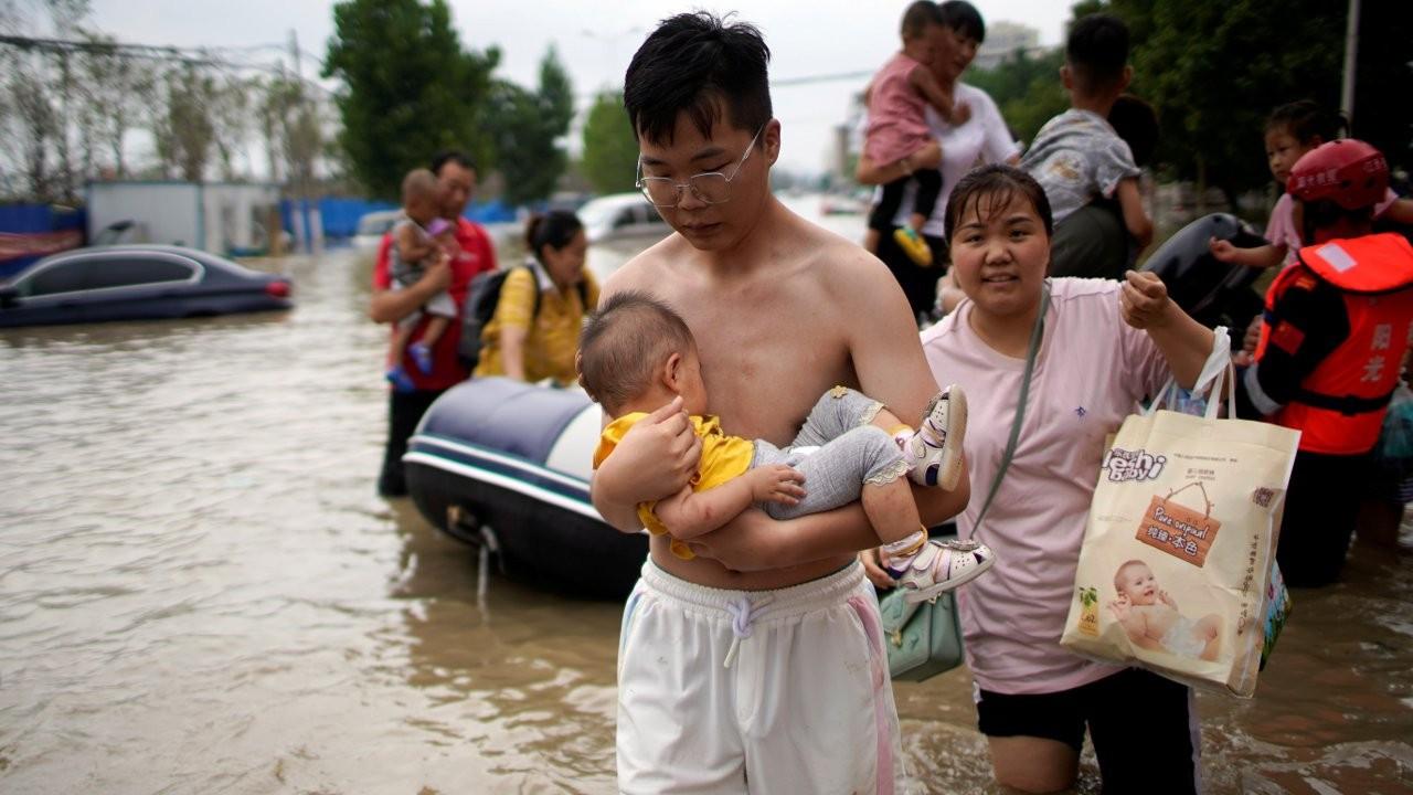 Çin'de sel: Bebeğini kurtaran anne enkaz altından çıkarılamadı