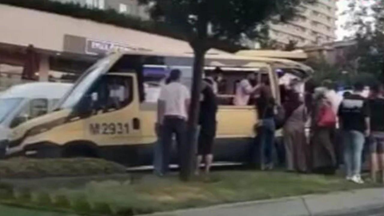 Gaziosmanpaşa'da freni boşalan kamyonet yolcu minibüsüne çarptı