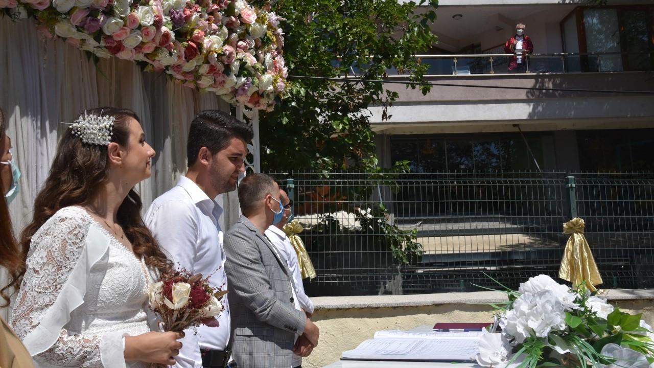 Covid-19'a yakalanan belediye başkanı balkondan nikah kıydı