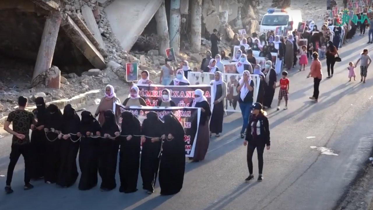 Êzidî kadınlar zincirlendikleri sokakta özgürlük yürüyüşü yaptı