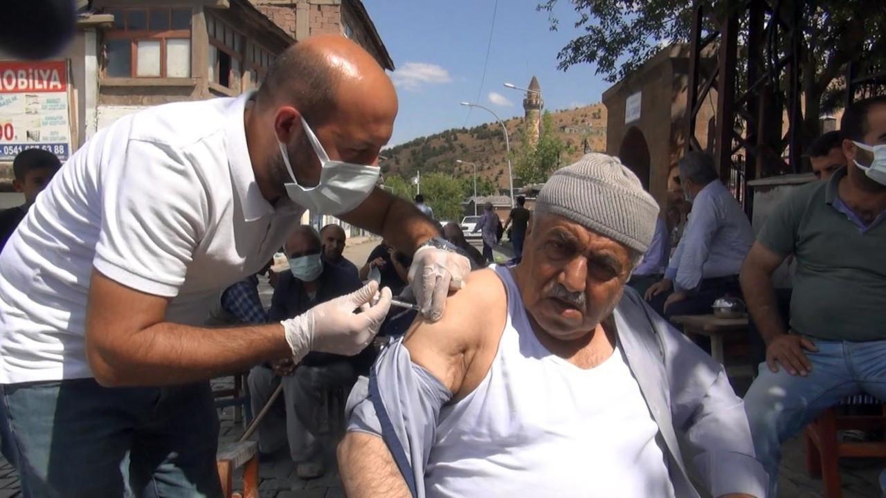 Sağlıkçılar kahvehaneye aşı standı kurdu