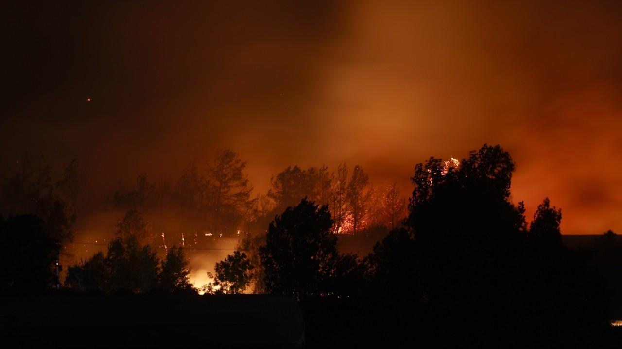 Manavgat'taki orman yangınında havadan müdahaleye ara verildi