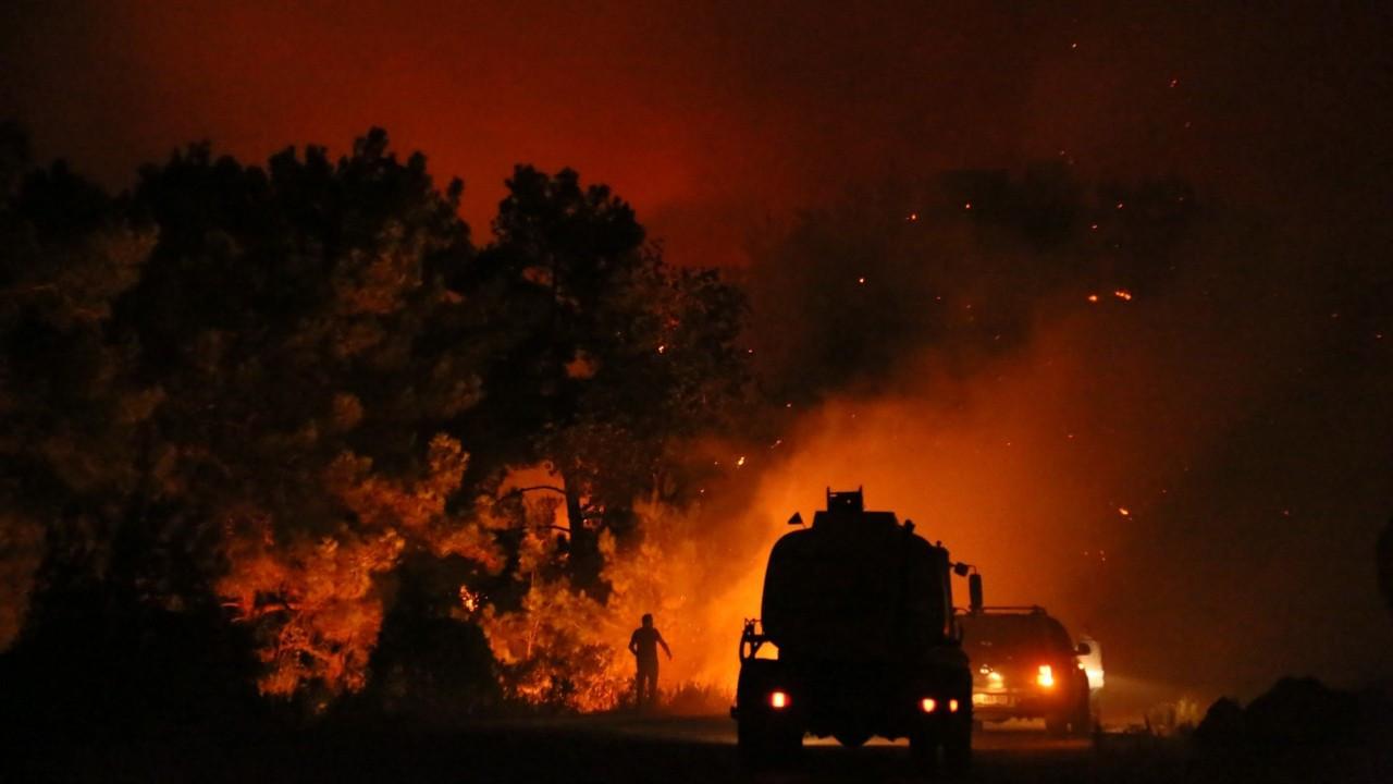 Manavgat'ta iki mahalle arasındaki orman yangını büyüyor