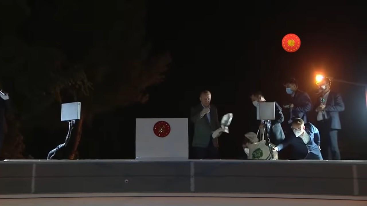Erdoğan orman yangınları nedeniyle gittiği Marmaris'te çay dağıttı, muhalefet tepki gösterdi