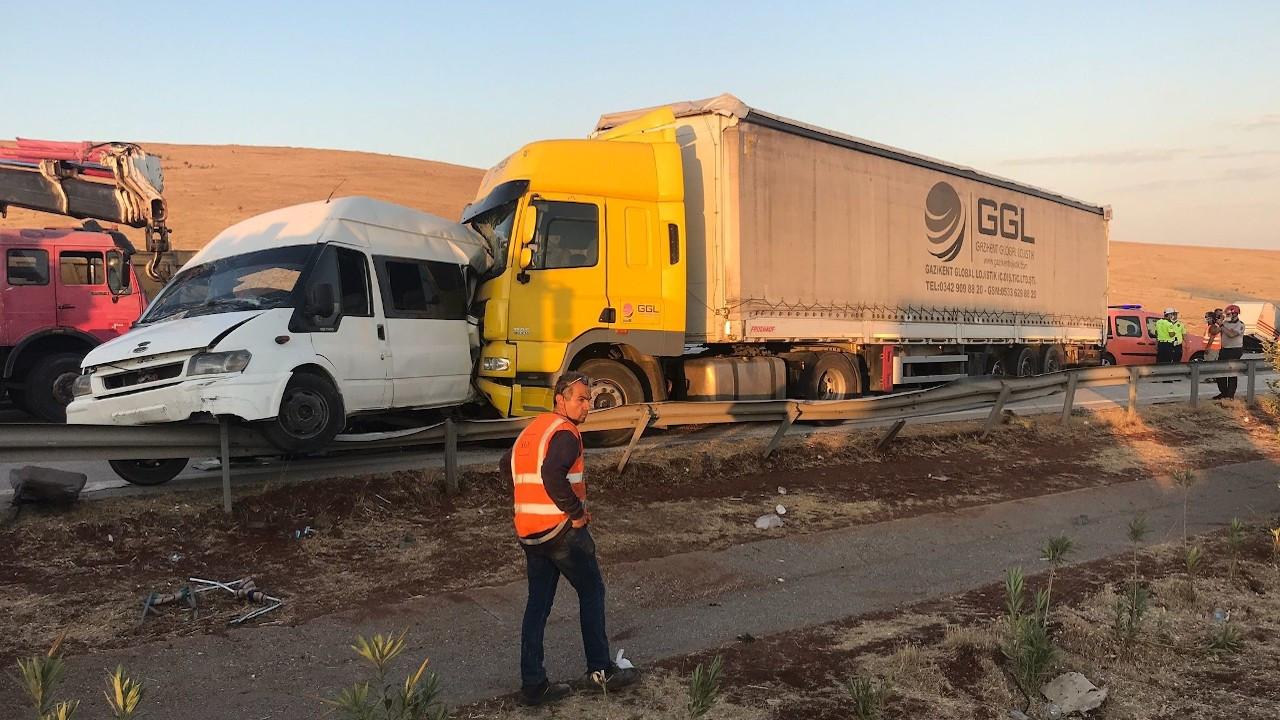 Gaziantep'te tarım işçilerini taşıyan minibüse tır çarptı: 3 ölü, 16 yaralı