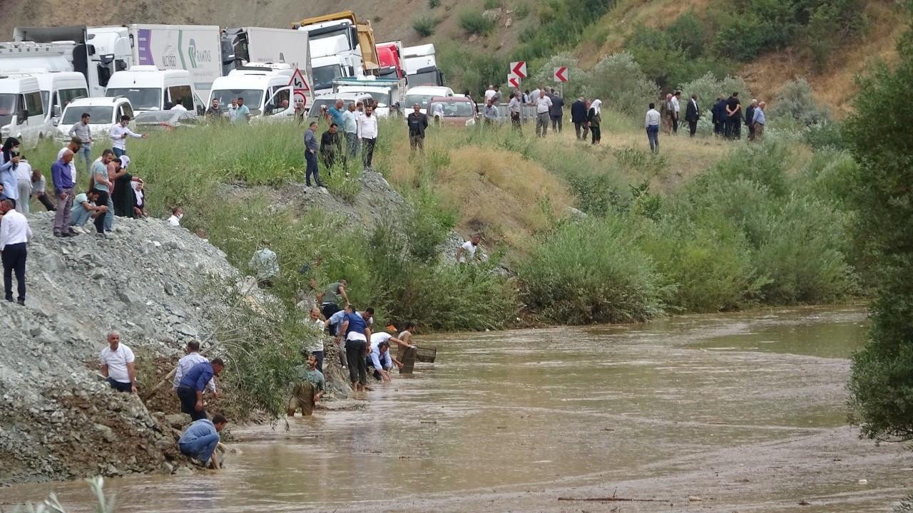 Düğün konvoyundakiler Zap'ta balık yakaladı