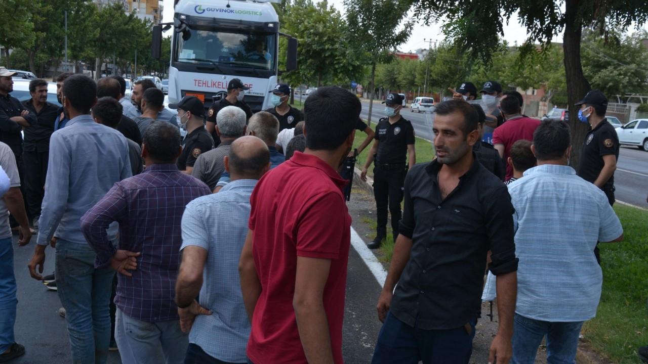 Urfa'da elektrik kesintilerini protesto eden çiftçiler yol kapattı