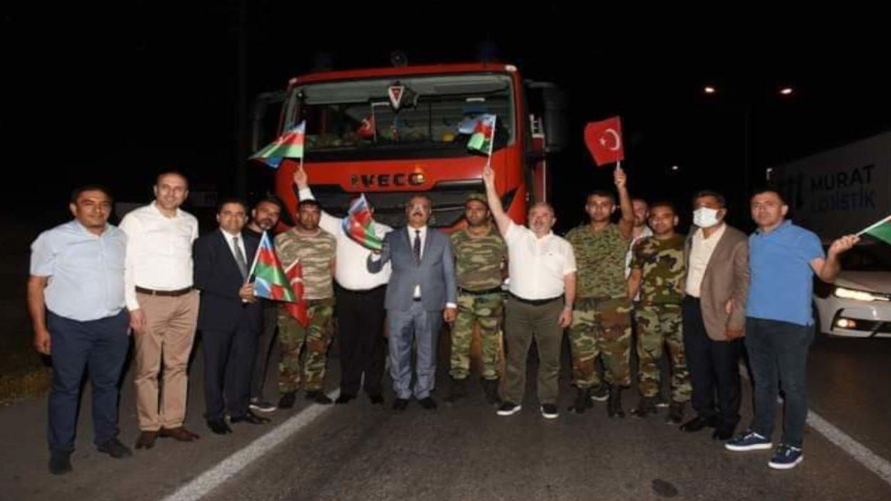 AK Partili başkanlar Azeri itfaiyecileri durdurup fotoğraf çektirdi