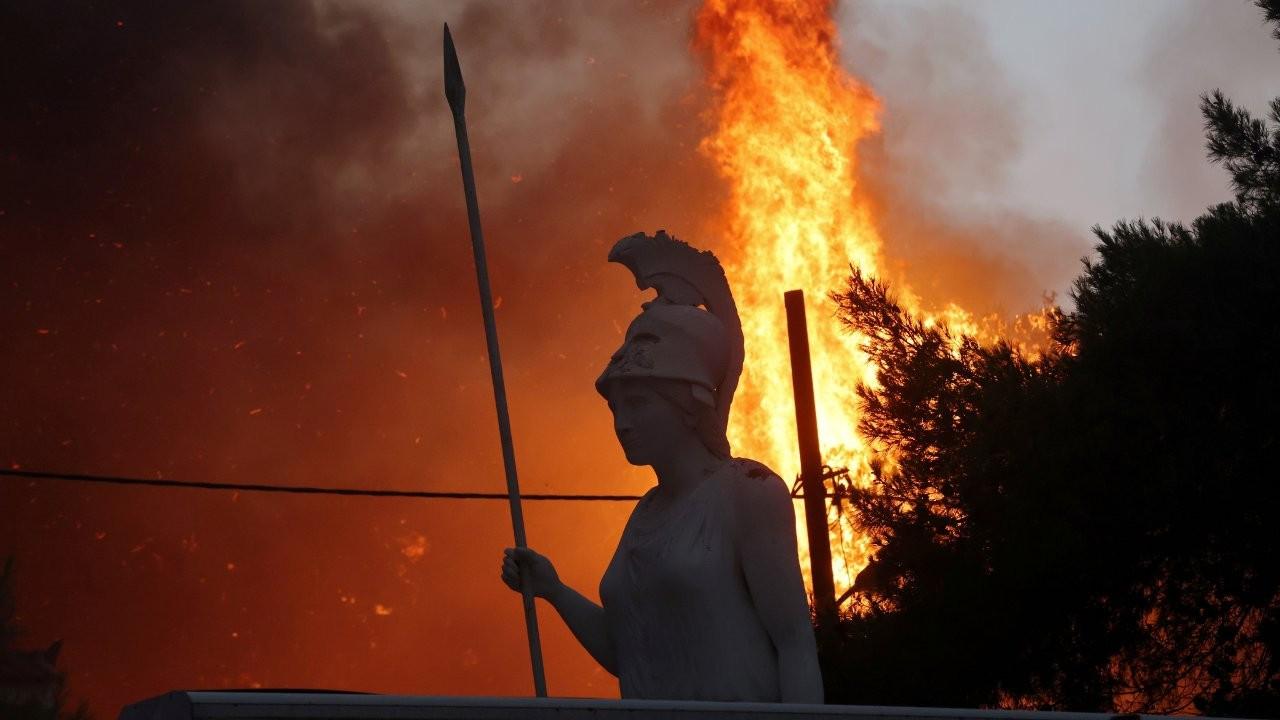 Atina'da yangın: Kentte yaşayanlara 'evden çıkmayın' çağrısı yapıldı