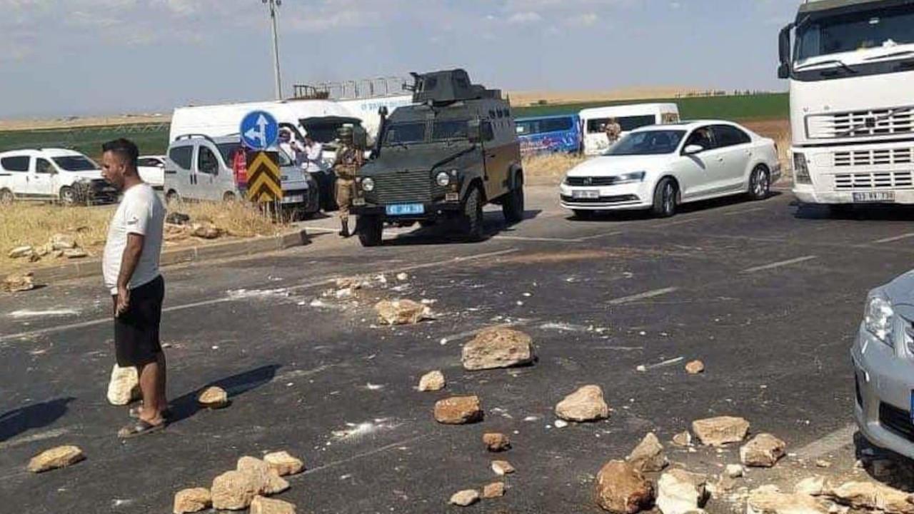 Çiftçiler Viranşehir yolunu kapattı